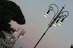 在colosseum附近的一盏灯在罗马 免版税库存图片
