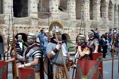 在colosseum附近的罗马军队在古老罗马历史游行 库存图片