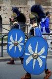 在colosseum附近的罗马军队在古老罗马历史游行 免版税图库摄影