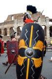 在colosseum附近的罗马军队在古老罗马历史游行 图库摄影