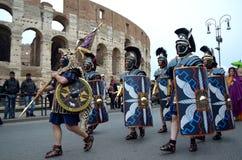 在colosseum附近的罗马军队在古老罗马历史游行 库存照片