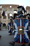 在colosseum附近的罗马军队在古老罗马历史游行 免版税库存照片