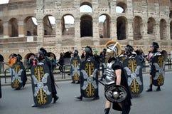 在colosseum附近的罗马军队在古老罗马历史游行 免版税库存图片