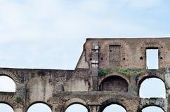 在colosseum,罗马,意大利的古老罗马曲拱 免版税库存照片