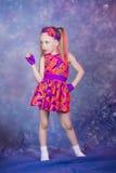 在colourfull服装的小女孩跳舞 库存照片
