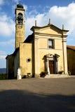 在comabbio老教会封锁了砖边路意大利 库存照片