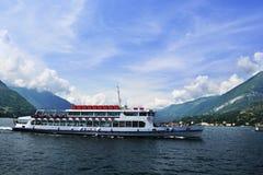 在Como湖的一条小船在意大利 免版税库存图片