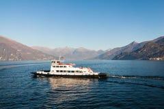 在Como湖的渡轮在镇贝拉焦附近 como意大利湖 免版税库存图片