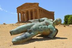 在Concordia前面阿哥里根托寺庙的下落的艾卡罗计  免版税库存照片