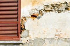 在concre的窗口varano borghi宫殿软百叶帘 库存图片