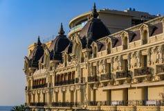 在Conde Nast旅客金名单上在蒙特卡洛摩纳哥,通常列出的著名旅馆de巴黎的华丽外部 库存图片