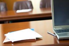 在confere的笔记本和纸张 免版税库存图片