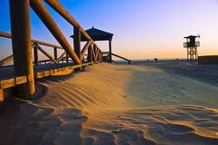 在Conil de la弗隆特里的海滩在日落 免版税图库摄影
