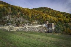 在Conklingville水坝的秋天 库存照片