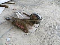 在construccion站点的使用的独轮车 库存图片