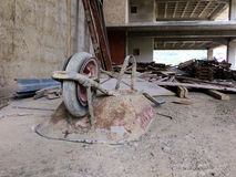 在construccion站点的建筑独轮车 库存图片