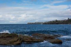 在Coogee岸的岩石在悉尼澳大利亚靠岸 库存图片