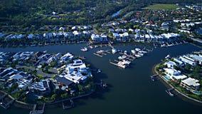 在Coomera河早晨视图希望海岛,有大居住区的英属黄金海岸旁边的RiverLinks庄园 免版税库存照片