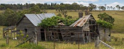 在Coonabarabran,新南威尔斯,澳大利亚附近的老被毁坏的房子 库存照片