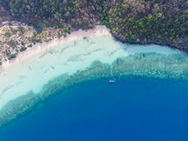 在corall礁石附近的热带海滩 免版税库存照片