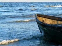 在Corbu海滩的剧烈的日落在黑海,罗马尼亚,一最美丽的处女海滩在欧洲 免版税库存图片