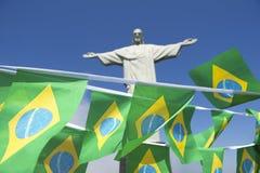 在Corcovado里约热内卢的庆祝的巴西旗子旗布 免版税库存图片