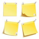 在corkboard别住的空白的笔记准备好您的文本 库存照片