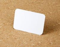 在corkboard背景的能入口袋的日历卡片 免版税库存照片