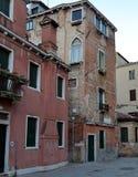 在Corte de l Anatomia O Fiorenzuola,威尼斯的老被毁坏的大厦 库存图片