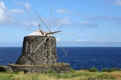 在Corvo亚速尔群岛海岛上的老风车  免版税库存图片