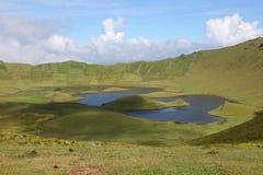 在Corvo亚速尔群岛葡萄牙海岛上的火山火山口  免版税库存照片