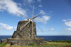 在Corvo亚速尔群岛葡萄牙海岛上的风车  免版税图库摄影