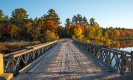 在Cory湖的单行道钢和木材桥梁 免版税库存照片