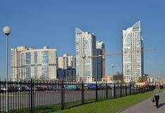 在Cosmonau大道的建筑用起重机和公寓空间  免版税库存图片
