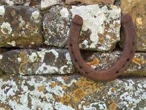 在Cotswold墙壁上的马鞋子 免版税图库摄影