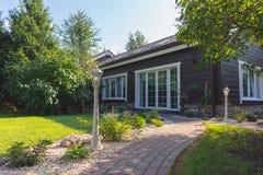 在countryhouse前面的小庭院,夏令时 免版税库存图片