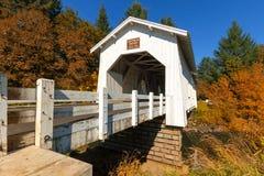 在Crabtree小河的霍夫曼桥梁在秋天在俄勒冈 免版税库存照片