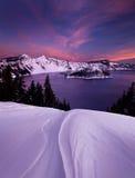 在Crater湖的冬天日出 免版税库存图片