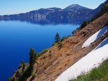 在Crater湖的夏天雪 库存图片