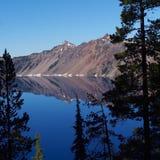 在Crater湖的早晨反射 库存照片