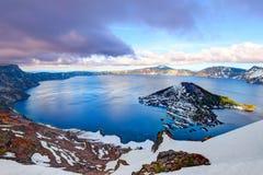 在Crater湖,火山口湖国家公园,俄勒冈的日落 免版税库存照片