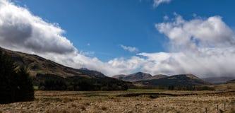 在Crianlarich小山上的云彩 免版税库存照片