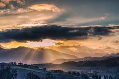 在Crieff的惊人的苏格兰山坡太阳的在一有薄雾的wint设置了 免版税库存照片