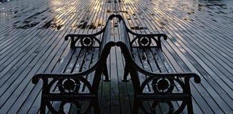 在Cromer码头的两条湿长凳 免版税库存图片