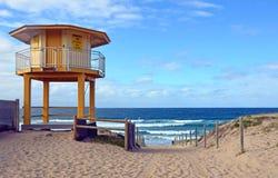 在Cronulla海滩,澳大利亚的黄色救护设备小屋 库存照片