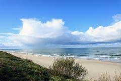 在Curonian唾液之上,俄国海岸的一朵巨大的云彩  图库摄影