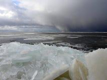 在Curonian唾液的白色冰片断支持,立陶宛 库存图片