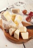 在cuting的委员会的另外kinde od乳酪 免版税库存图片
