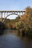 在Cuyahoga河之上的桥梁 免版税库存照片