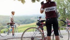 在cy期间,一名年轻骑自行车者妇女在路旁的休假, 免版税库存图片